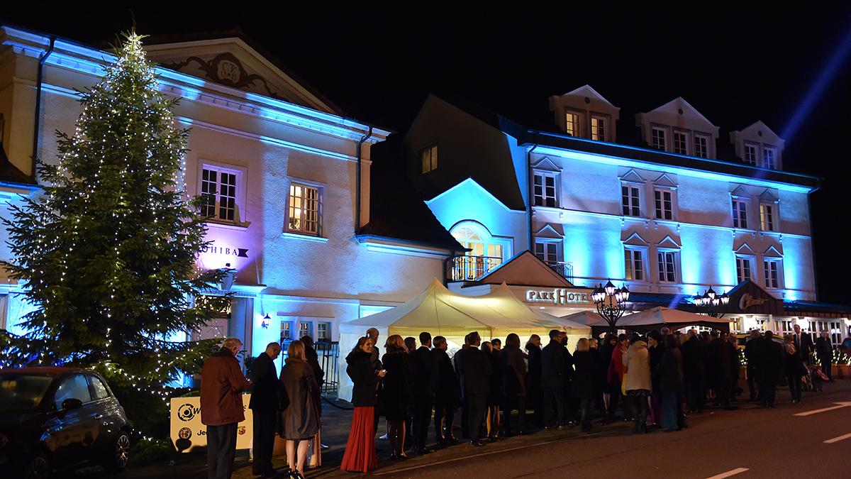 Parkhotel Idar-Oberstein in festlicher Beleuchtung. 500 Gäste warten auf Einlass. Foto Magerstaedt