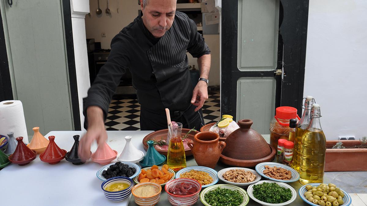 El Cadi: Küchenchef Tarik kontrolliert die Zutaten Foto WR
