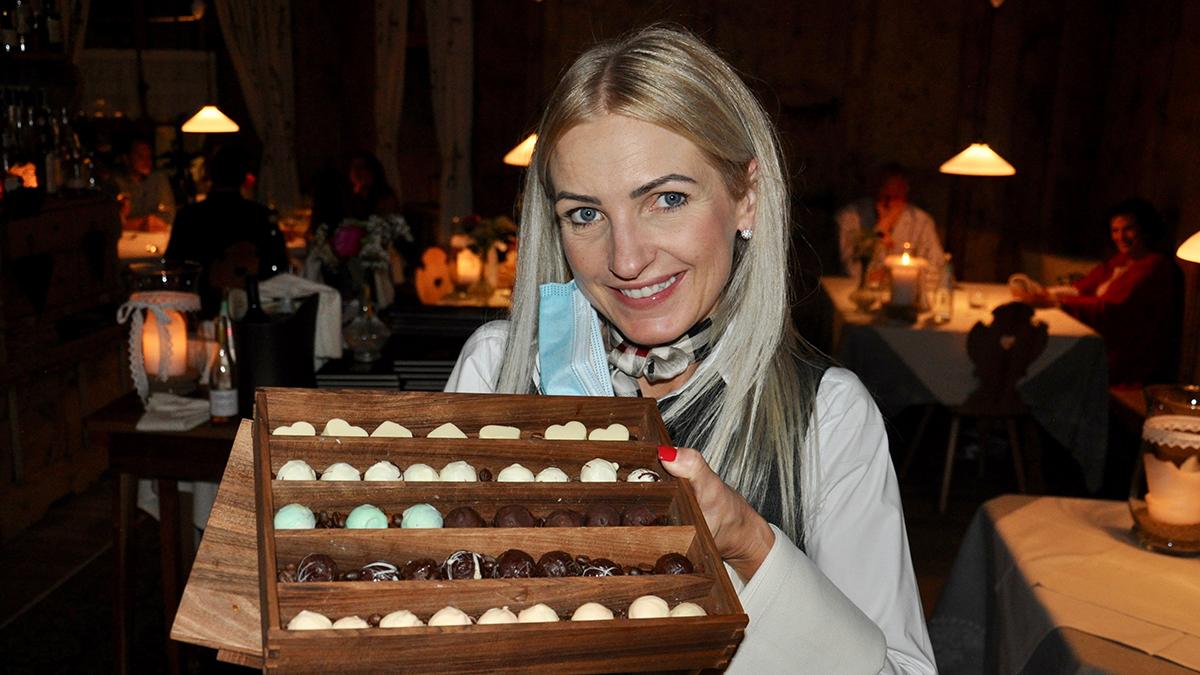 Steinbock: Sonja Oberhuber ist nicht nur kompetente Sommelière, sie serviert auch köstliche Pralinen. Foto WR