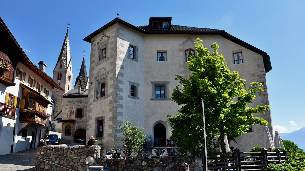 Der Steinbock in Villanders: Mittelalterlicher Ansitz/Burg mit grandiosem Panoramablick. Foto WR