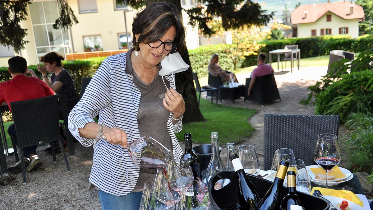 Elena Walch viniert die Weingläser vor der Verkostung selbst. Foto WR