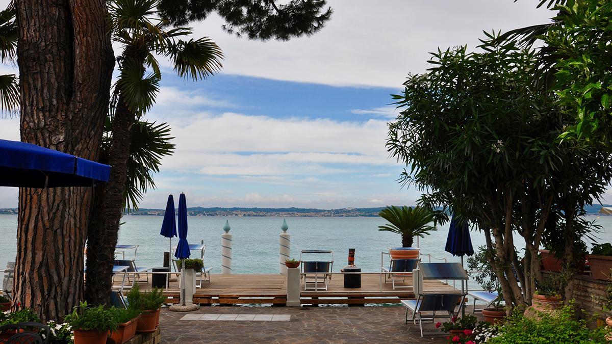 Hotel Marconi, Sirmione: Idyllische Terrasse direkt am See. Foto WR