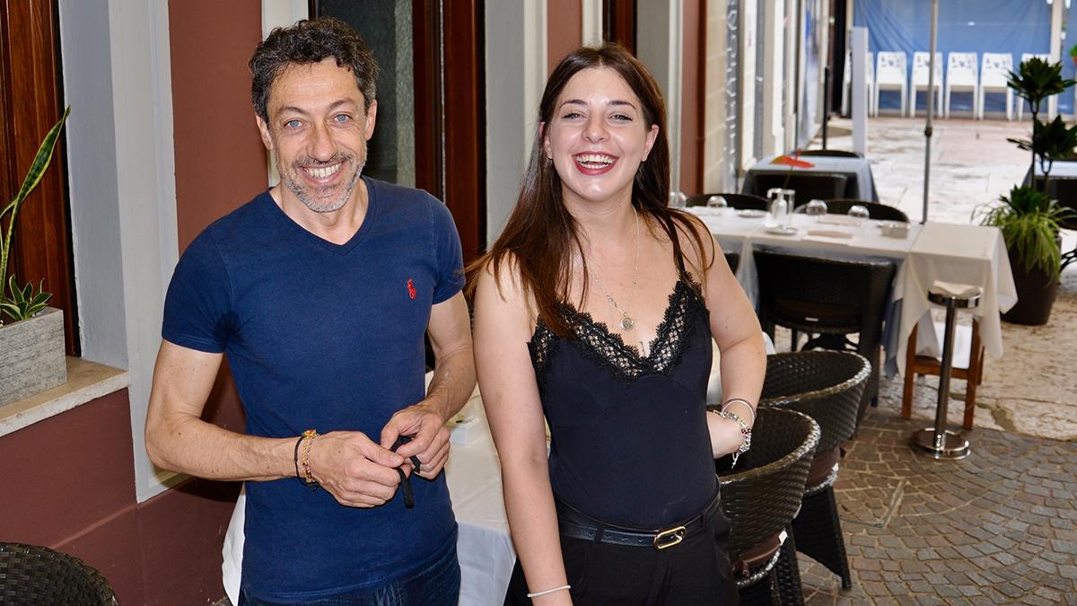 Risorgimento: Roberto und Eleonora bereiten am Morgen (noch ohne Maske) die Terrasse vor. Foto WR