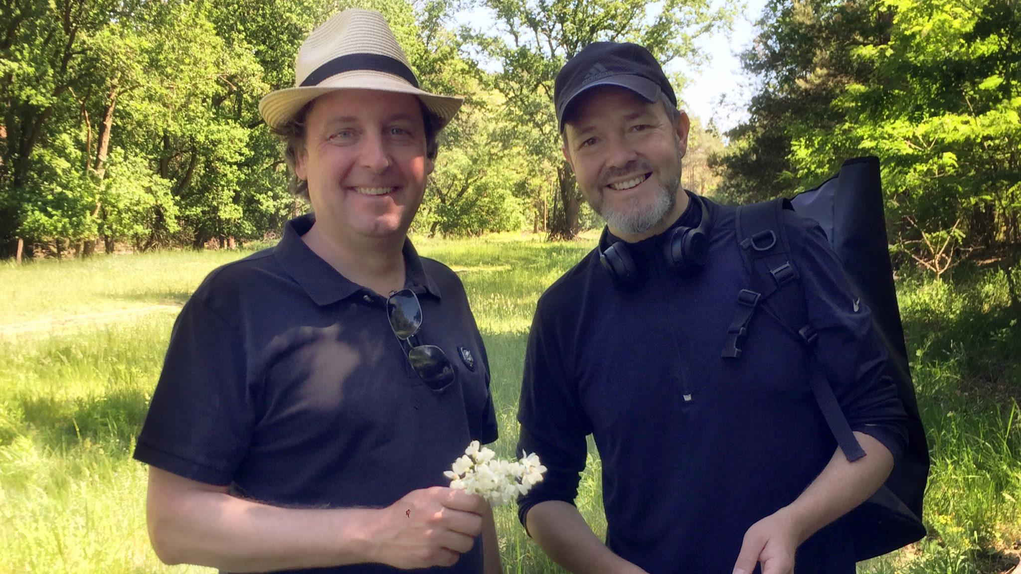 Marco Müller (51) mit GE Mitherausgeber Jürgen Wenzel beim Kräutersammeln im Wald. Foto JW
