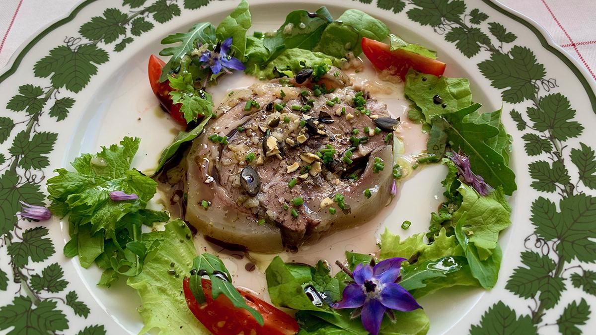 Schöneck: Deftig-feine Vorspeise: Lauwarmer Kalbskopf mit Salat und Kürbiskernöl. Foto WR