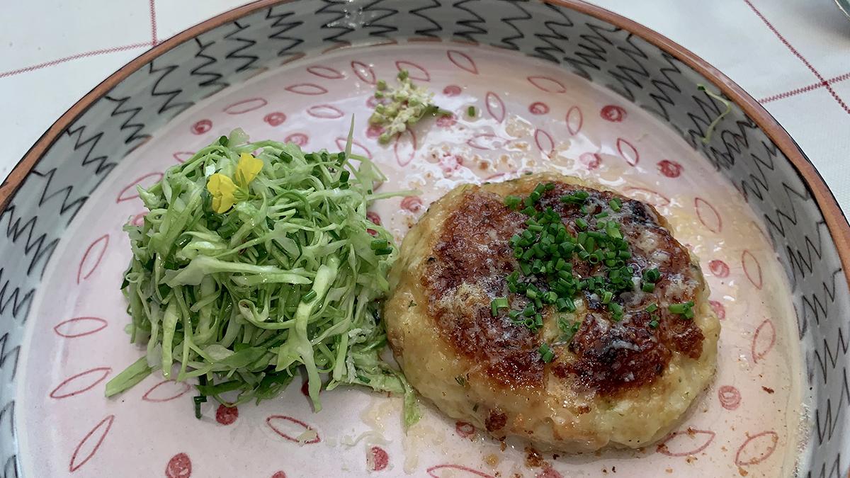 Schöneck. Gibt es nirgendwo besser: Fluffiger Kaspressknödel mit Krautsalat. Foto WR