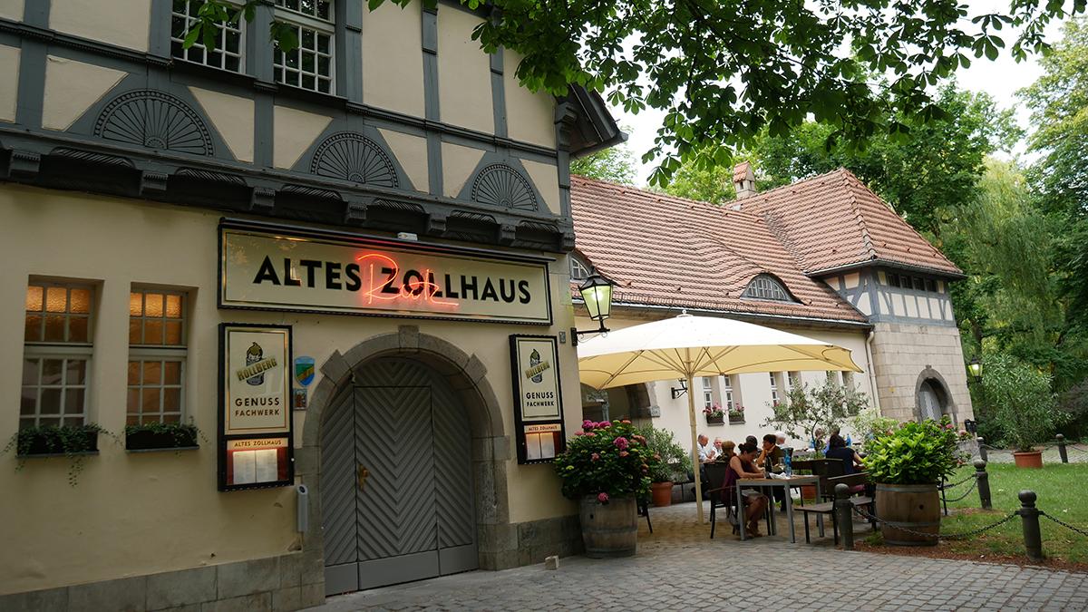 Das Rutz Zollhaus liegt malerisch mitten in Kreuzberg. Der Clou: ein eigener Anlegesteg für Boote. Foto JW