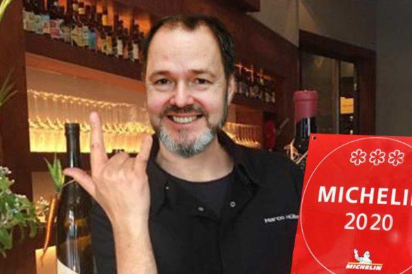 """Die Michelin Plakette konnte """"coronabedingt"""" erst jetzt an Marco Müller übergeben werden. Für Berlin ein langersehntes Ereignis!"""