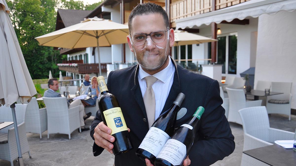 Sommelier Hajji präsentiert große Weine aus Frankreich. Foto HvF