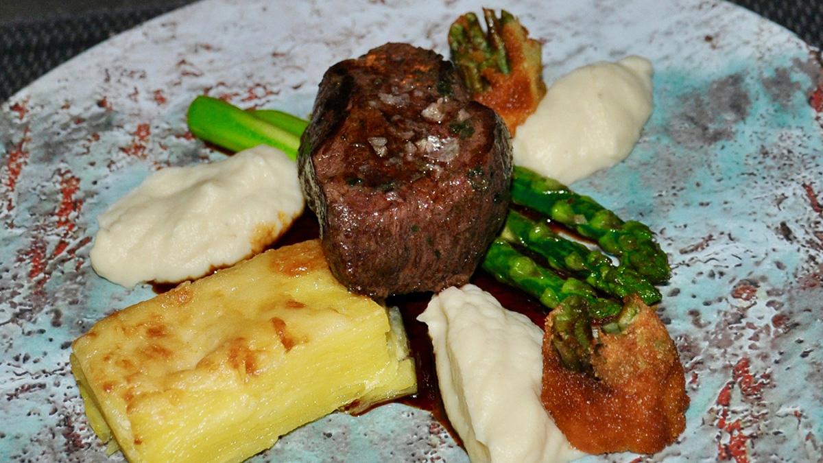 Köstlich das Filet vom Werdenfelser Weiderind mit Spargel, Selleriecreme und Kartoffelgratin. Foto HvF
