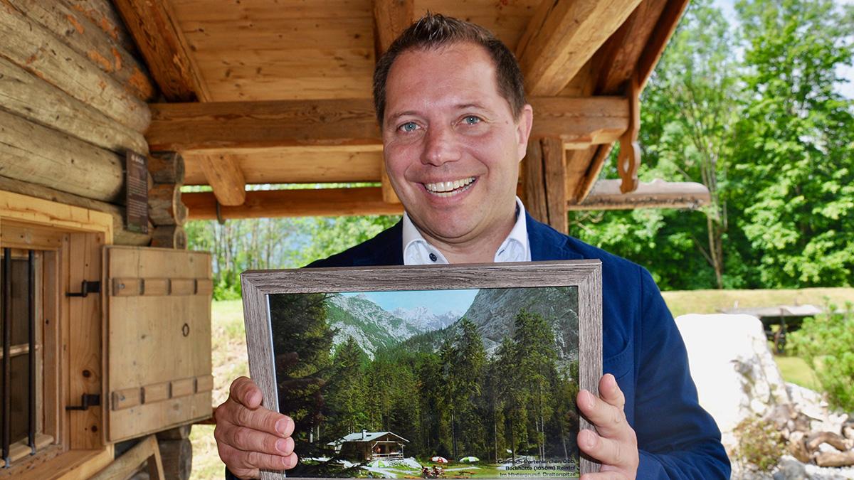 Hotelier Christian Bär ist stolz auf seine Almhütte, die einmal im Zugspitzmassiv stand und jetzt im Park des Hotels ihren Platz gefunden hat. Foto HvF