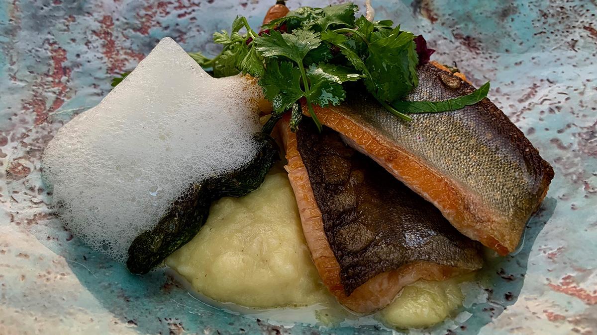 Gebratenes Filet vom Kochelsee-Saibling mit Brandade, Karotte und Pimentos. Foto HvF