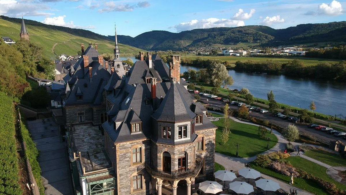Das prachtvolle Schloss Lieser thront zwischen der Mosel (insgesamt 544 km lang) und den Weinbergen (Foto: Hemme)