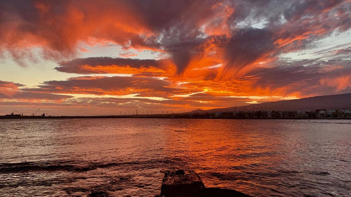 Spektakulärer Sonnenuntergang im Hafen von Arinaga. Foto WR