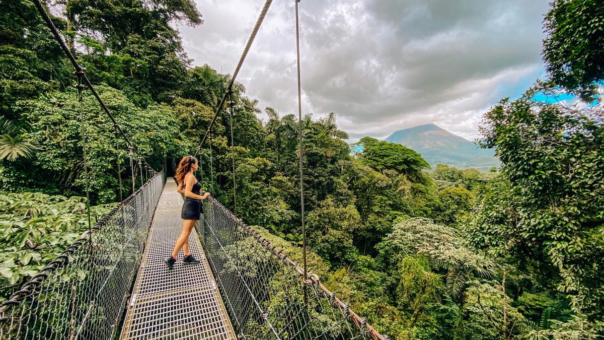 Von den hängenden Brücken von Mistico hat man einen tollen Blick auf den Vulkan Arenal. Foto: Inna Hemme