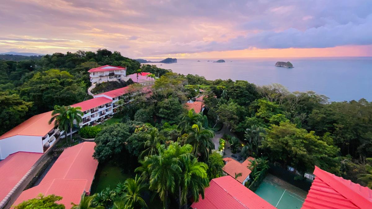 Vom Hotel Parador hat man einen direkten Blick auf den Nationalpark Manuel Antonio und seine Steinfelsen, die aus dem Wasser ragen. Foto: Inna Hemme