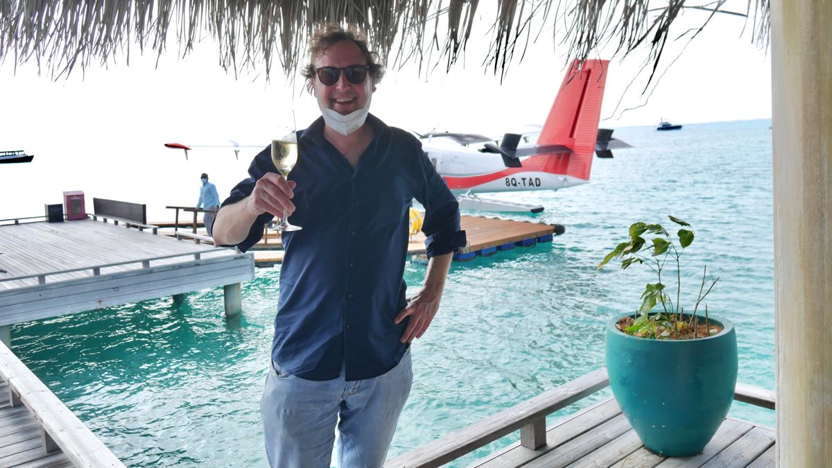 Nach der Ankunft im Fairmont Sirru Fen Fushi SHAVIYANI Atoll wird zunächst Fieber gemessen, dann gibt es zur Stärkung ein Gläschen Sekt. Foto: Jürgen Wenzel