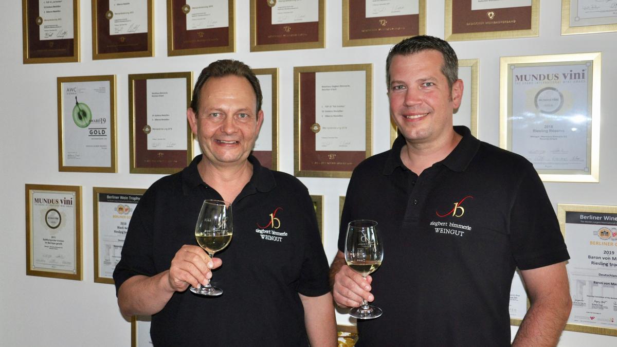 Winzer Siegbert Bimmerle (li.) und Kellermeister Philip Milke sind stolz auf ihre Urkunden und Auszeichnungen. Foto WR