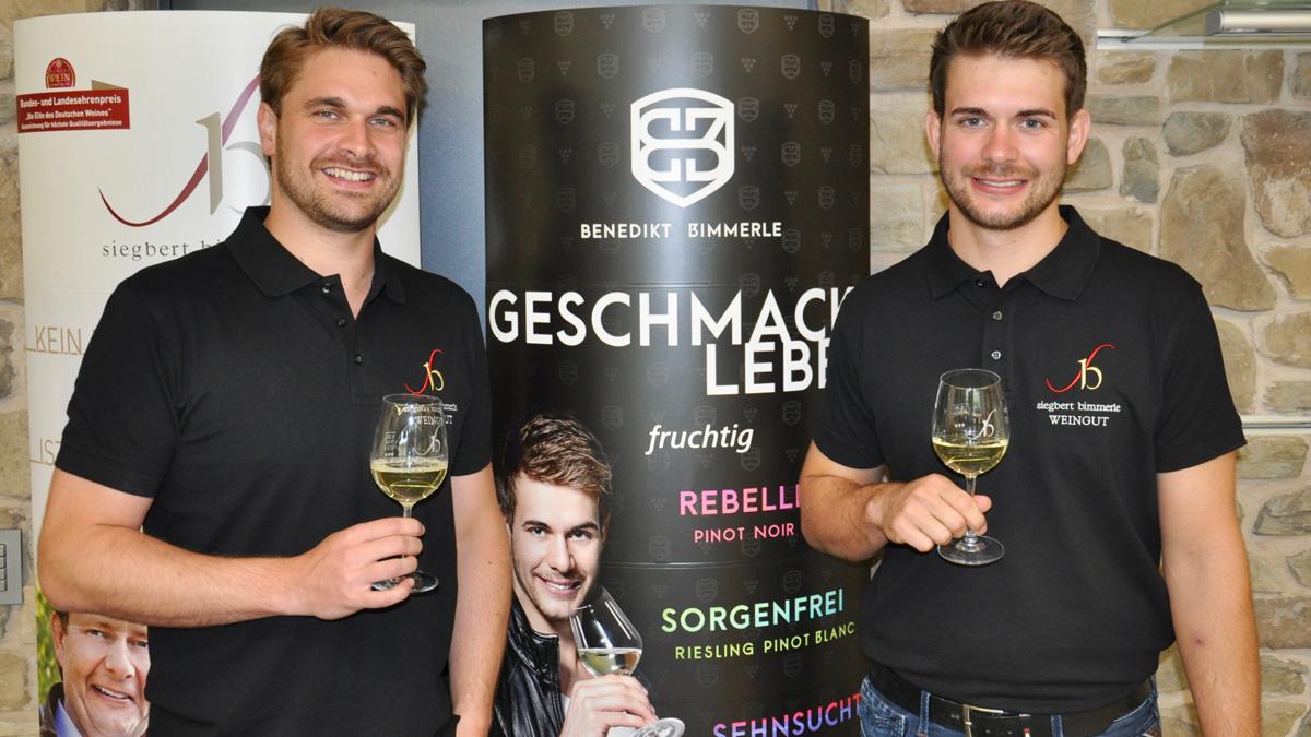 Benedikt und Jakob Bimmerle stehen für den neuen Auftritt ihrer Weine. Foto WR