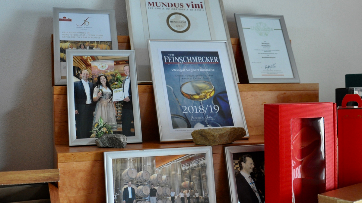 Auch im Verkaufsraum kann man die Fotos, Auszeichnungen und Urkunden bewundern. Foto WR