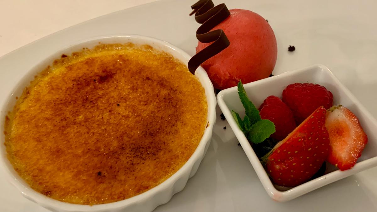 Crème brûlée von der Tahiti-Vanille mit Beeren und Himbeer-Sorbet. Foto WR