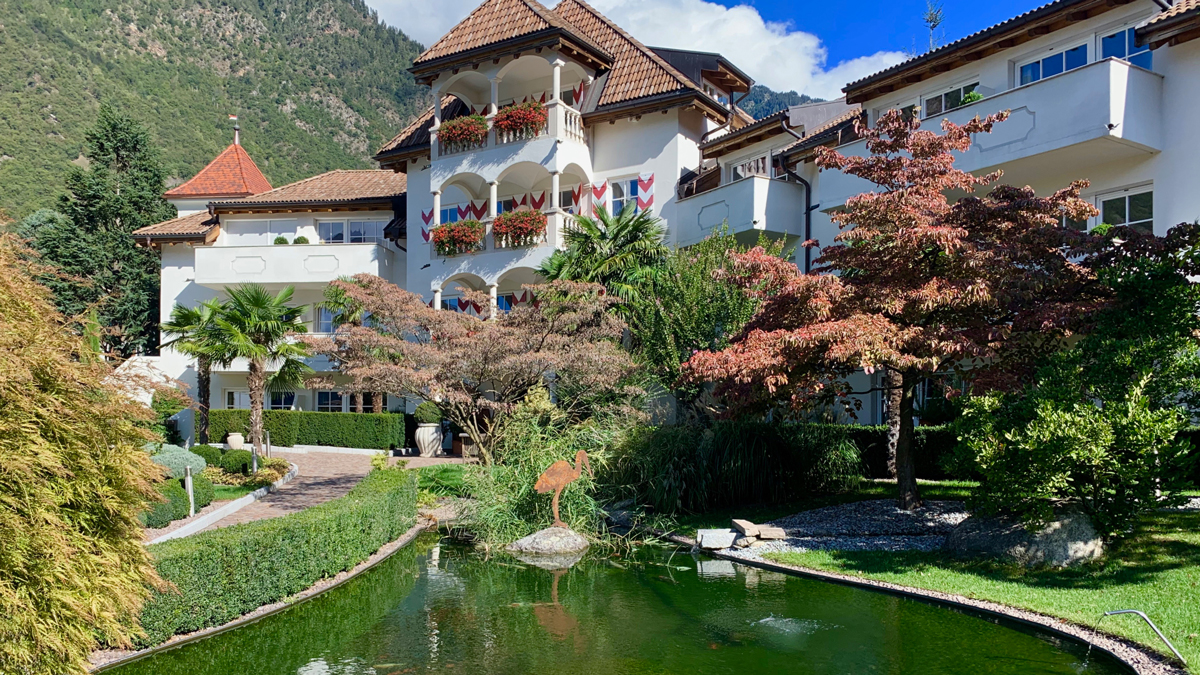Der Hanswirt: Ein Hotel wie ein Dornröschenschloss. Im Teich fühlen sich 50 Koi-Karpfen wohl. Foto WR