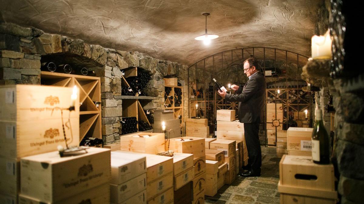 Chef-Sommelier Martin Sperdin: Herr über 30 000 Flaschen Wein aus aller Welt. Foto Central