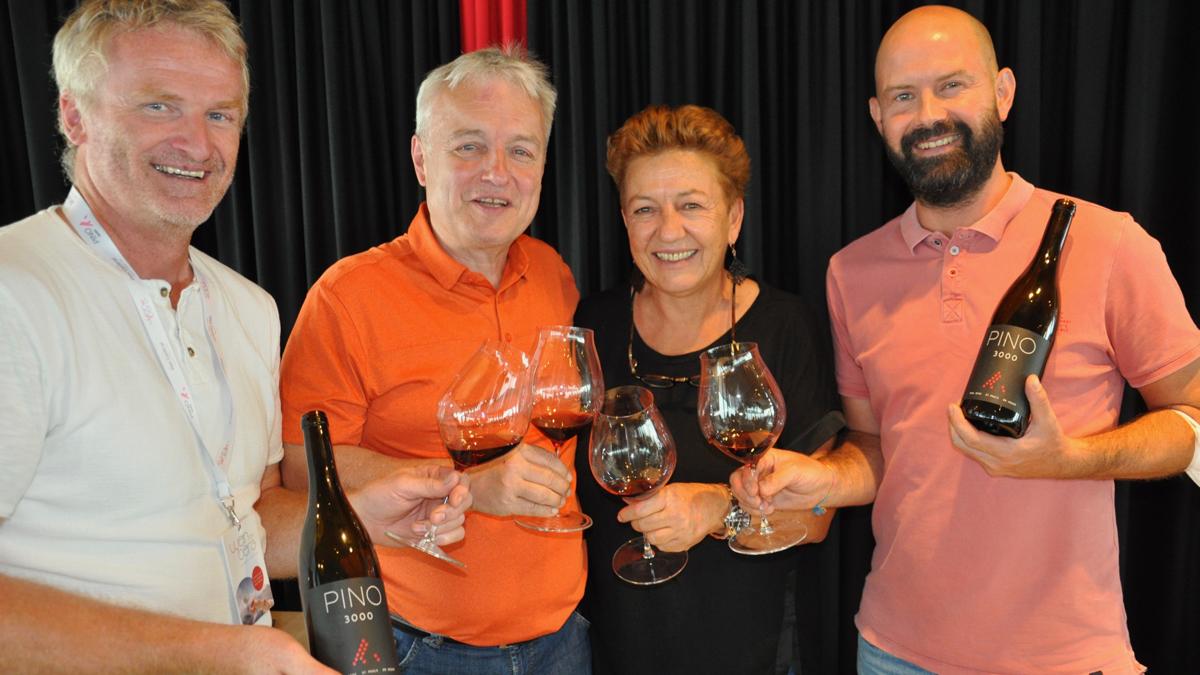 Die Initiatoren des Festivals Wein am Berg: Hotelchefin Angelika Falkner, Paul Achs (v.li.),Joachim Heger, Wolfgang Tratter mit ihrem Spitzenwein PINO 3000. Foto WR