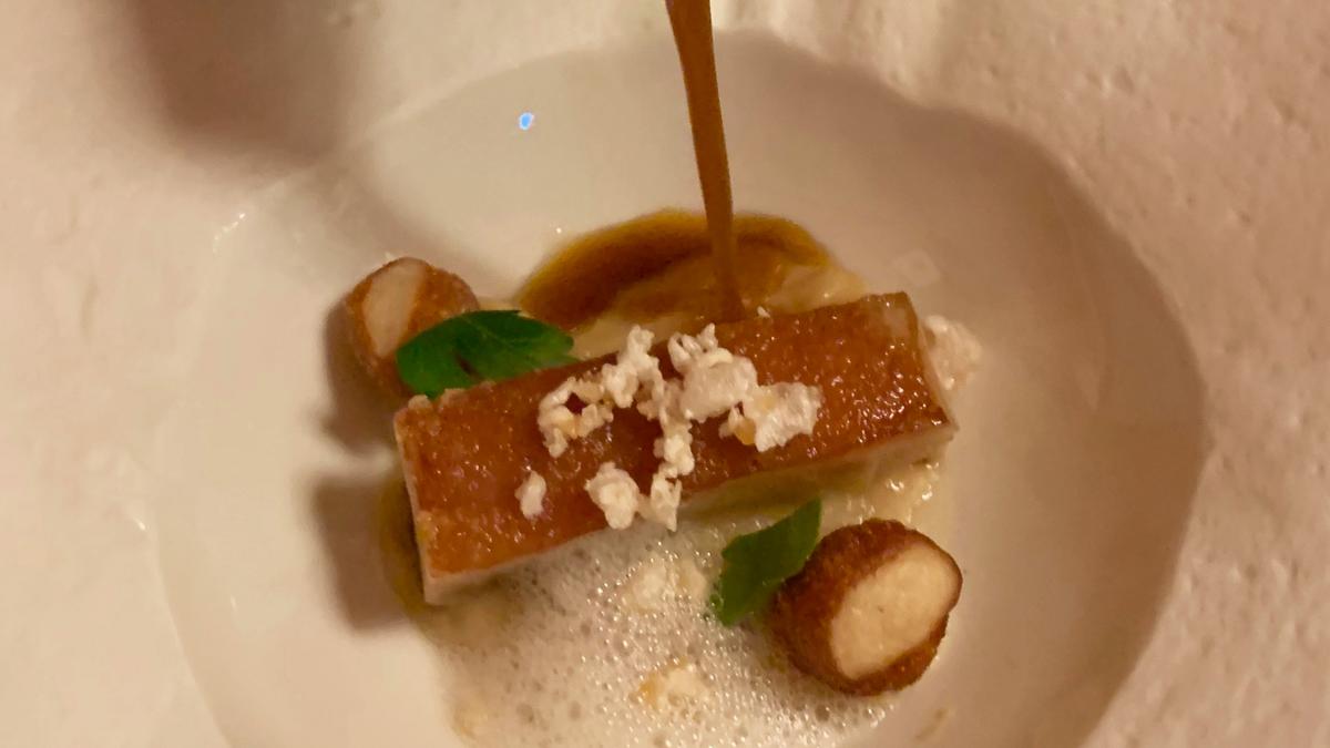 So gut kann Schwein schmecken: Spanferkel auf Sauerkraut – ein Gang von Küchenchef Michael Kofler. Foto WR