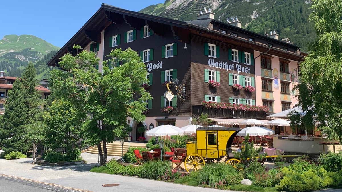 Wer möchte da nicht wohnen? Die Post im Zentrum von Lech. Foto WR