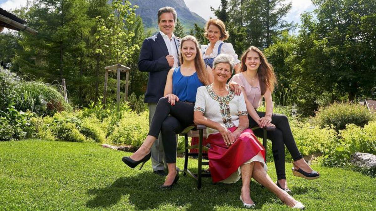 Drei Generationen auf einem Foto: Seniorchefin Kristl Moosbrugger, Florian und Sandra Moosbrugger und die beiden Töchter Vivienne und Violeta. Foto Post